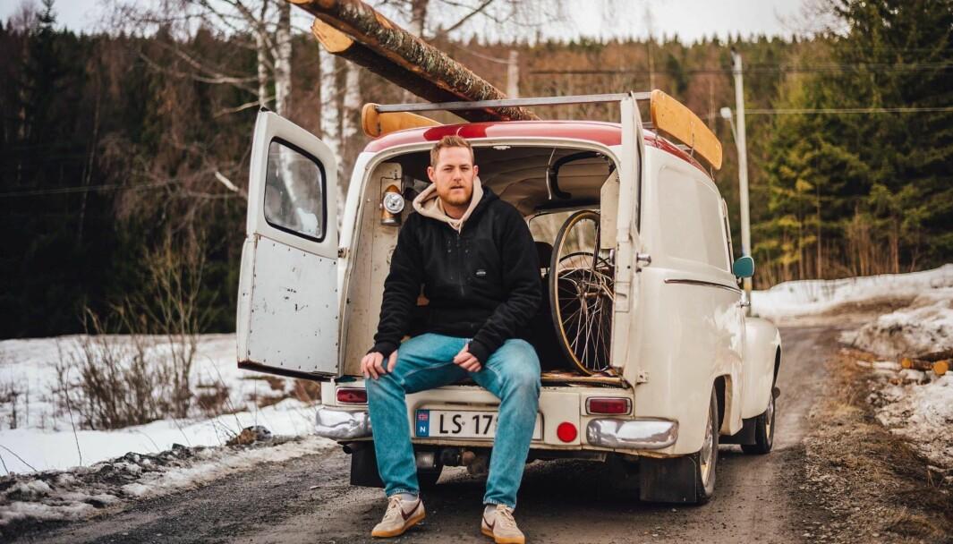 SKAP-PLASS: Jesper Hjelen bruker den ærverdige varebilen så mye han kan. Den har fraktet campingutstyr, tømmerstokker, sykler – og blomster hjem fra en begravelse.
