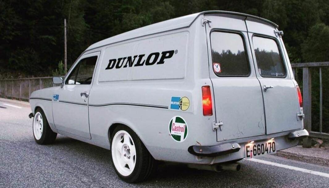 EN BIL FOR ALT: Petter von Zernichow Olsen liker å kombinere fasongen til en ordinær varebil fra 1970-tallet med dekaler og symboler som hinter til racingkultur.