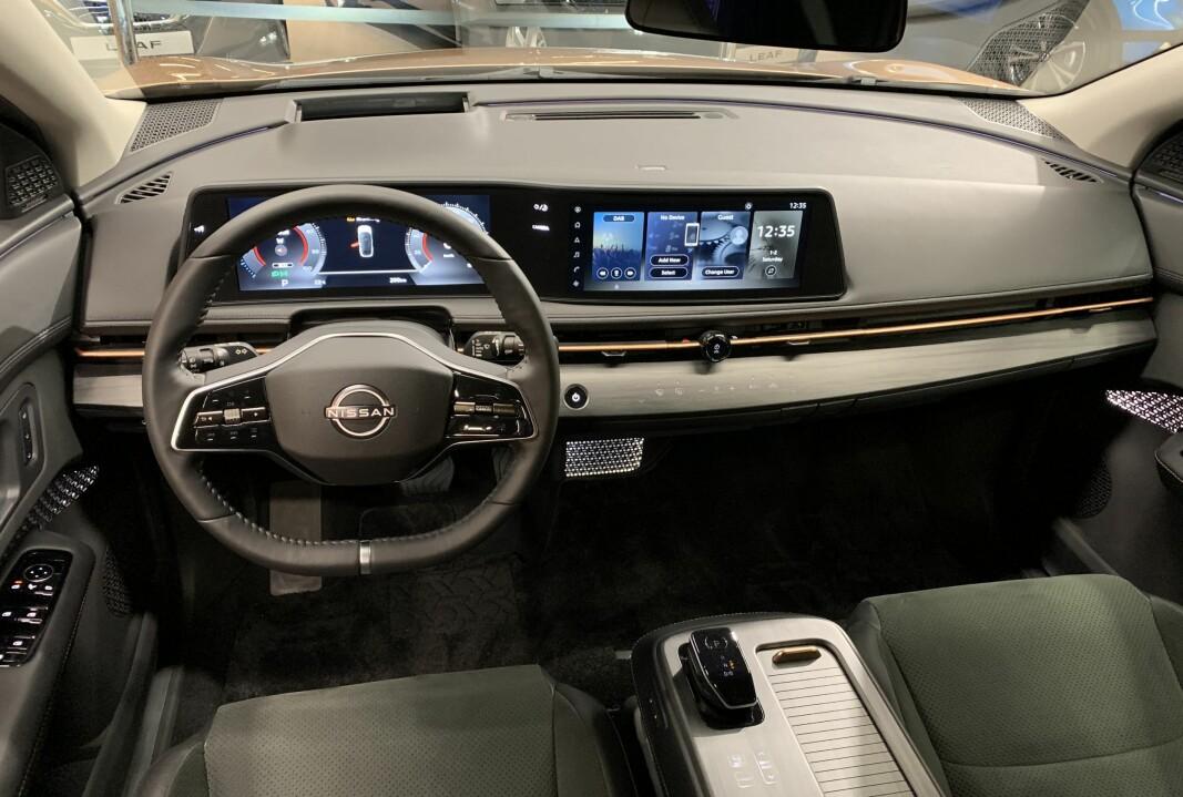 """<span class="""" font-weight-bold"""" data-lab-font_weight_desktop=""""font-weight-bold"""">DOBBELDIGITALT: </span>Nissan har bevisst valgt å droppe å ha én betjeningsskjerm, av trafikksikkerhetshensyn. Løsningen her - med head-up display og stemmestyring i tillegg - minner mer om Mercedes enn om Tesla."""