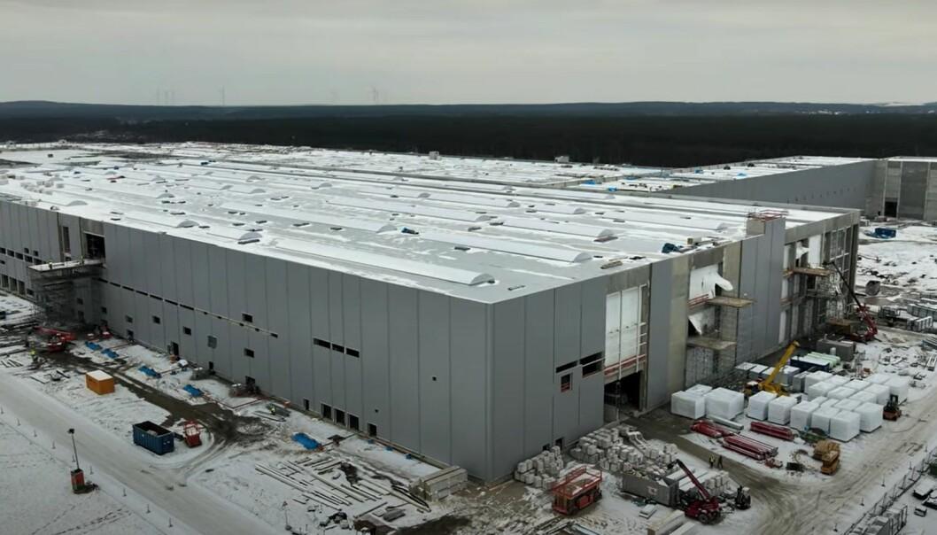 FORTSATT I ARBEID: Bilfabrikken blir antakelig klar i løpet av sommeren, men nå gjør forsinker annet administrative hindringer produksjonen til neste år.