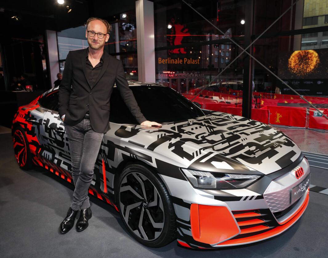 """<span class="""" font-weight-bold"""" data-lab-font_weight_desktop=""""font-weight-bold"""">FORNØYD:</span> Audis sjefsdesigner Marc Lichte foran prototypen av e-tron GT."""