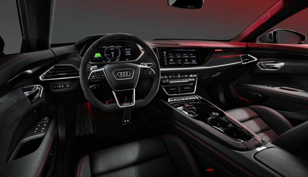 """<span class="""" font-weight-bold"""" data-lab-font_weight_desktop=""""font-weight-bold"""">KLASSISK:</span> Interiørmessig vil en Audi-eier kjenne seg fort igjen, selv om sittestilingen er lavere enn de fleste er vant til."""