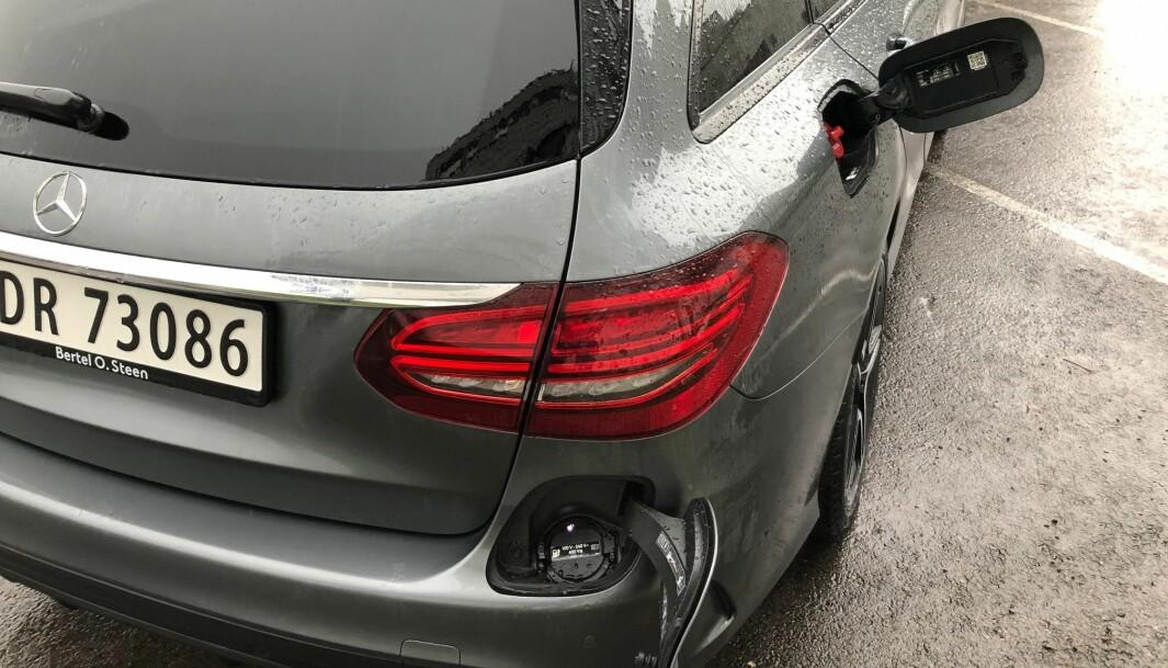 """<span class="""" font-weight-bold"""" data-lab-font_weight_desktop=""""font-weight-bold"""">TO VERDENER:</span> C-klasse kan fylles opp med enten diesel eller bensin og strøm. Mercedes er kanskje den produsenten som satser tyngst på ladehybridteknologien."""