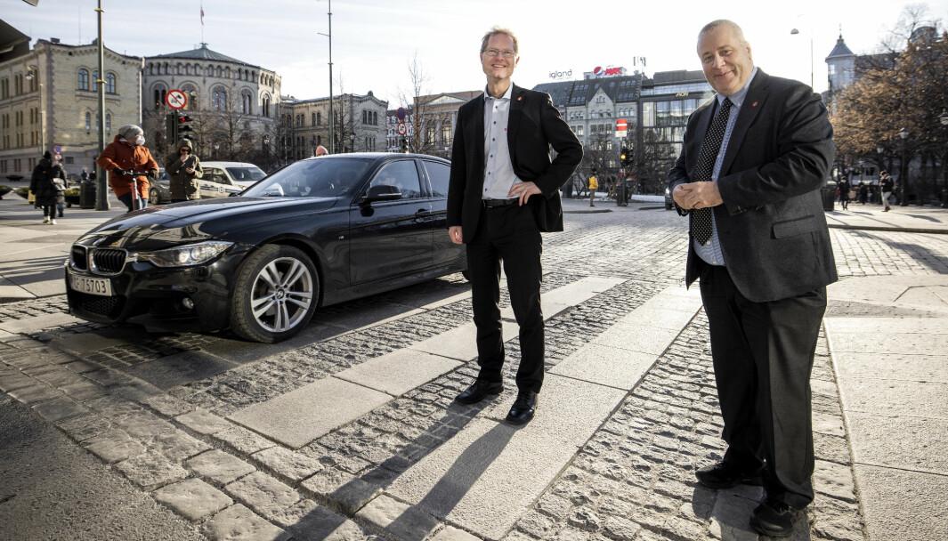 OPP MED FARTA: Frps samferdselspolitikere Tor Andre Johnsen og Bård Hoksrud (t.h.) vil heve fartsgrensen til 120 km/t på enkelte motorveier.