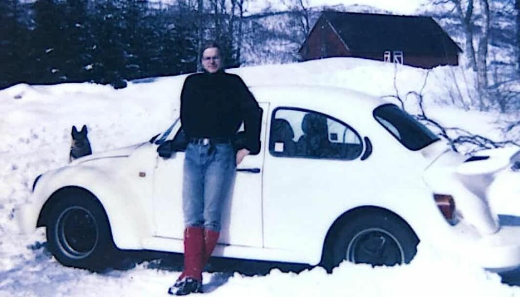 """<span class=""""font-weight-bold"""" data-lab-font_weight_desktop=""""font-weight-bold"""">FJELLVETT:</span> Bjarne Brandal poserer med sin 170-hesters drømmebil, med motor som var blodtrimmet av Alf Rønnings Porsche-verksted i Hamar. Bildet er fra påsken 1991."""