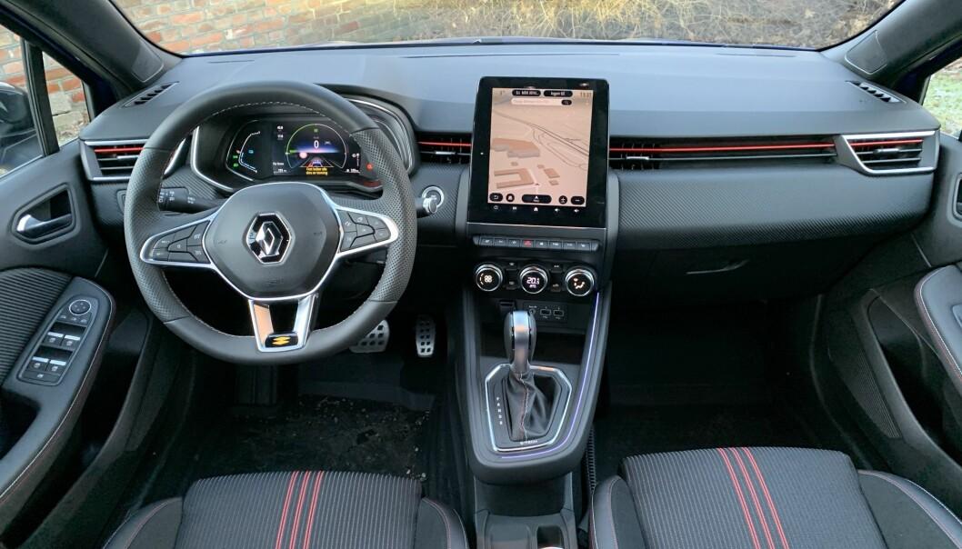"""<span class="""" font-weight-bold"""" data-lab-font_weight_desktop=""""font-weight-bold"""">GODFØLELSE: </span>Renault har lagt listen høyt hva angår opplevd kvalitet i interiøret. Materialvalg og detaljarbeid holder høy standard."""