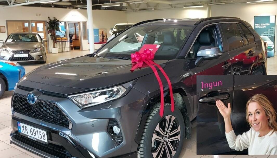 FORNØYD KUNDE: En rose av bånd og «Ingun» i rosa foliert på førerdøra ble prikken over i-en for Ingun Flåt.
