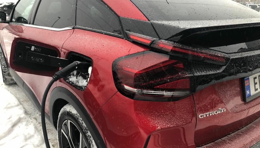 """<span class="""" font-weight-bold"""" data-lab-font_weight_desktop=""""font-weight-bold"""">LADER OK:</span> Endelig har Citroën kommet på veien med sin elbil. ë-C4 lader på nivå med sine søsken med samme batteripakker."""