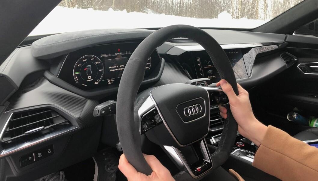 """<span class="""" font-weight-bold"""" data-lab-font_weight_desktop=""""font-weight-bold"""">KLASSISK AUDI:</span> En Audi-kjenner vil raskt finne seg til rette bak rattet i GT. Dette er RS-versjonen med blant annet semsket skinn i rattet og karbon-look på instrumentpanelet."""