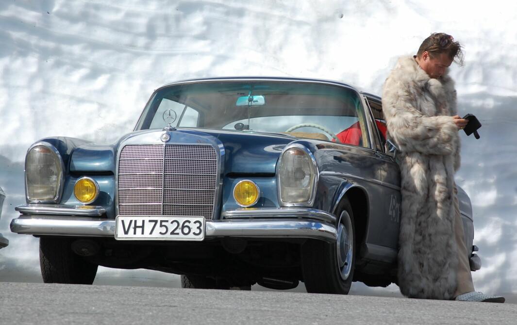 GODE VANER: – Det er godt å eie en gammel Mercedes, sier Hans Hallbauer. Han har slitt fem av dem.