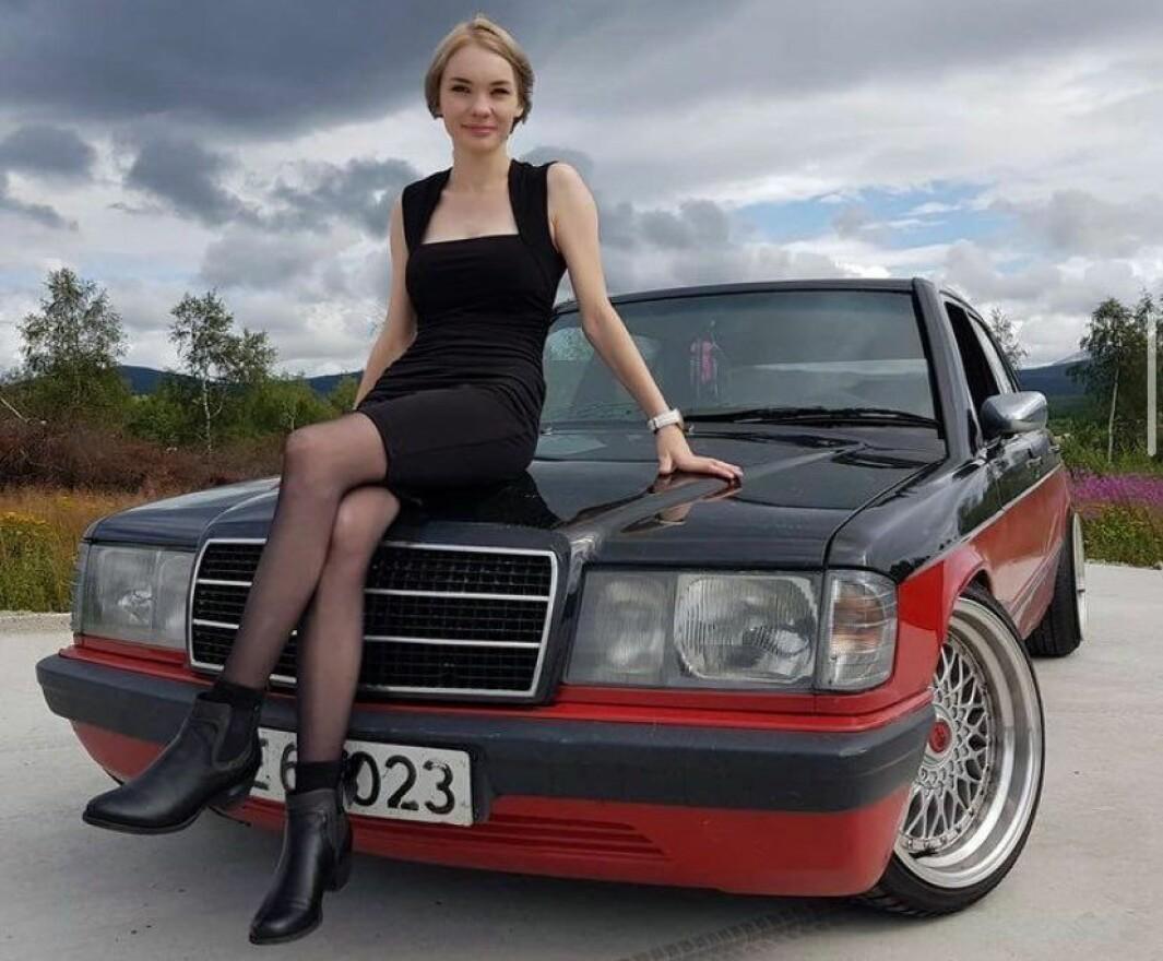 "<span class=""font-weight-bold"" data-lab-font_weight_desktop=""font-weight-bold"">PANSERVOGN:</span> Gunhild Helgesen Ruud er oppvokst med bilkultur på Tynset og synes Mercedes er stas – samtidig som hun også snakker varmt om hverdagsåket, en Audi."
