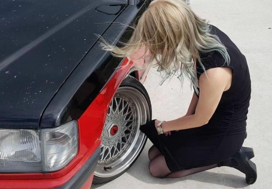 """<span class=""""font-weight-bold"""" data-lab-font_weight_desktop=""""font-weight-bold"""">FINPUSSEN:</span> Gunhild Helgesen Ruud tar gjerne finkjolen i bruk som pussefille for å få Mercedesen til å skinne."""