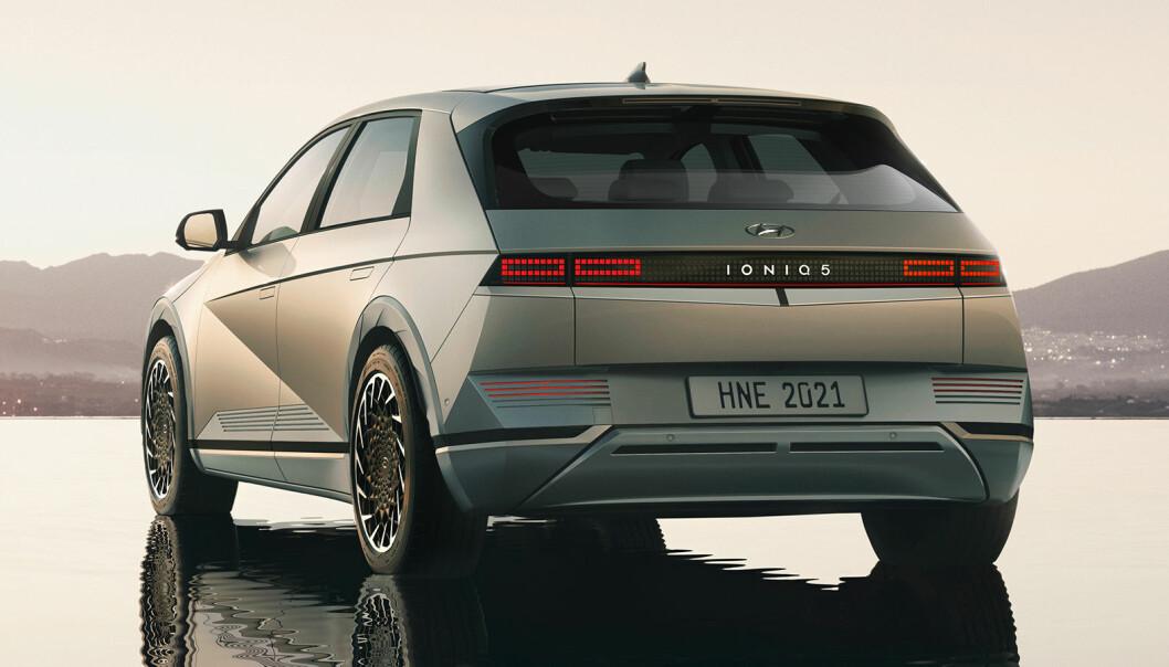 """<span class="""" font-weight-bold"""" data-lab-font_weight_desktop=""""font-weight-bold"""">PONNI? </span>Nei, noen pony-car à la Mustang mener vi ikke, men et designhint tilbake til Hyundais første europeiske modell - som het Pony."""