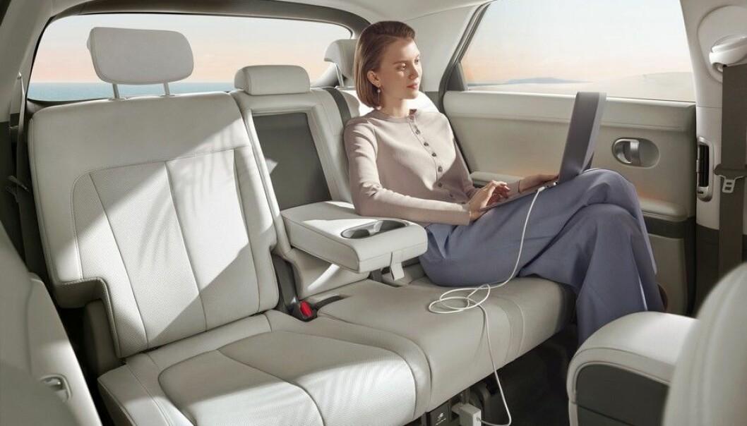 """<span class="""" font-weight-bold"""" data-lab-font_weight_desktop=""""font-weight-bold"""">LIMOUSIN?</span> I det minste på bildet ser det svært romslig ut bak i bilen."""