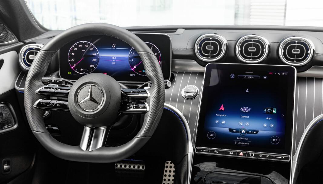 """<span class="""" font-weight-bold"""" data-lab-font_weight_desktop=""""font-weight-bold"""">HELT NY: </span>Nå har også C-klasse fått et instrumentpanel med mer moderne Mercedes-preg, blant annet med to mer frittstående skjermer. Også berøringssfunksjonene på rattet er nye."""