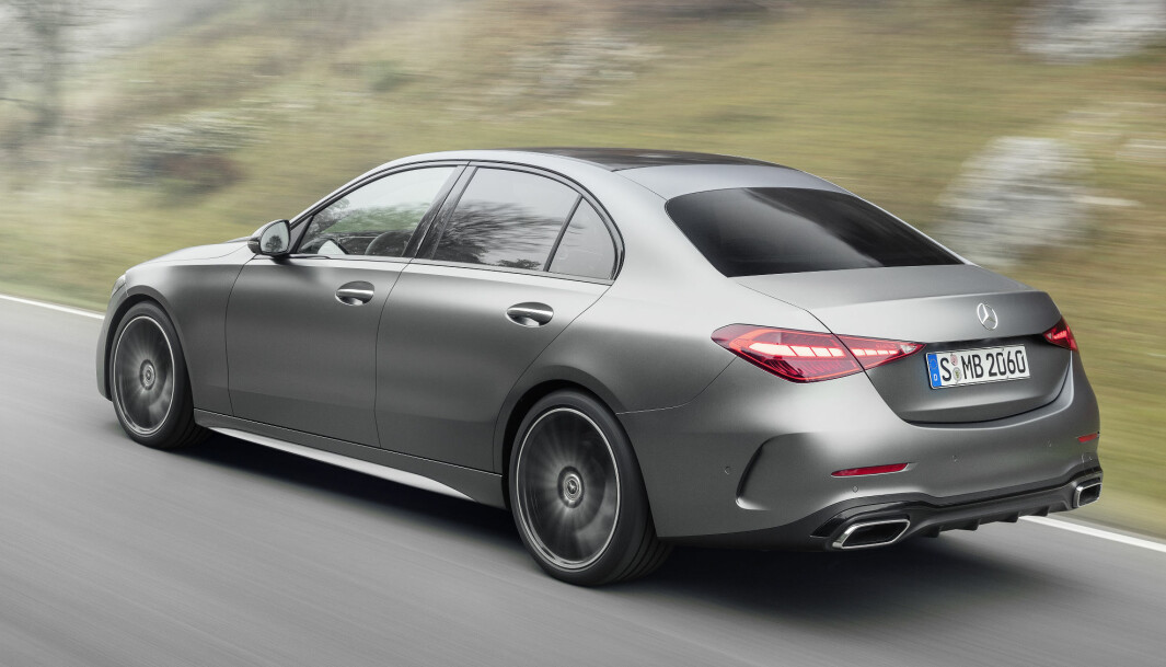 """<span class="""" font-weight-bold"""" data-lab-font_weight_desktop=""""font-weight-bold"""">ELEGANT:</span> Sedan-utgaven av C-klasse er i manges øyne noe av det lekreste Mercedes lager. Den nye versjonen ødelegger ikke dét inntrykket."""
