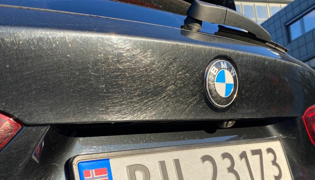 SKADET: Vaskebørstene har ripet opp den nye BMWen, som nå må omlakkeres.
