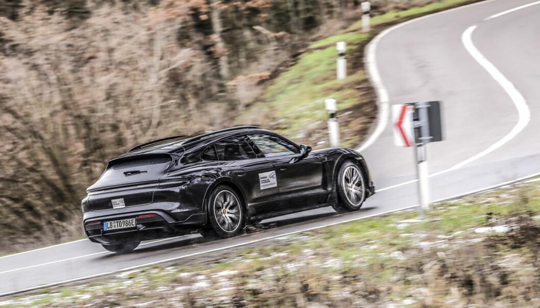 TESTTUR: Porsche viser sin kommende Cross Turismo ute i offentligheten – uten glorete kamuflasje.