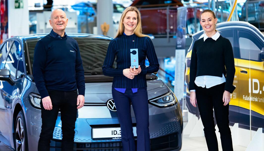 """<span class="""" font-weight-bold"""" data-lab-font_weight_desktop=""""font-weight-bold"""">100 KRONER:</span> Olav Fikstvedt (t.v.) og Sara Lyngholm Lodden (t.h.) hos Møller Bil Sør-Rogaland gir 100 kroner for hver solgte bil til Camilla Gram og Kreftforeningen."""