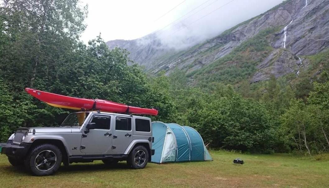 """<span class=""""font-weight-bold"""" data-lab-font_weight_desktop=""""font-weight-bold"""">LEIRPLASS:</span> Steffen Eikland lukeparkerer gjerne sin Jeep Wrangler i god avstand folk, mas og campingplasser. Her i Eikesdalen i Romsdal."""