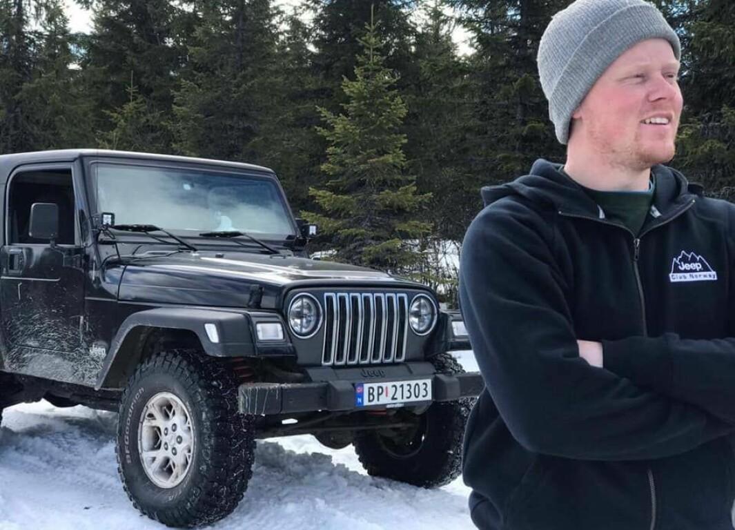 """<span class=""""font-weight-bold"""" data-lab-font_weight_desktop=""""font-weight-bold"""">SKOGSMASKIN:</span> Olav Kronborg tar en pause fra terrengkjøring under et treff i regi av Jeep Club Norway for noen år siden. 1998-modellen hadde opprinnelig en 2,5 liters firesylindret kraftkilde, og er nå utstyrt med en fireliters, sekssylindret maskin."""