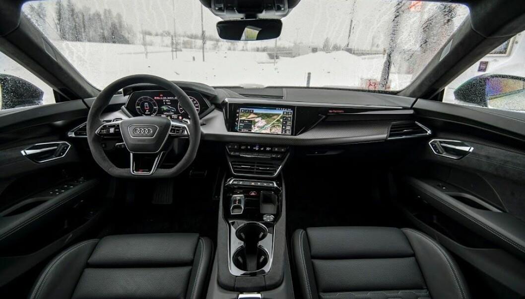 """<span class="""" font-weight-bold"""" data-lab-font_weight_desktop=""""font-weight-bold"""">TRADISJONELT:</span> Audi har gått motsatt vei av nærmest identiske Porsche Taycan, og lagd et konservativ interiør i typisk Audi-stil."""