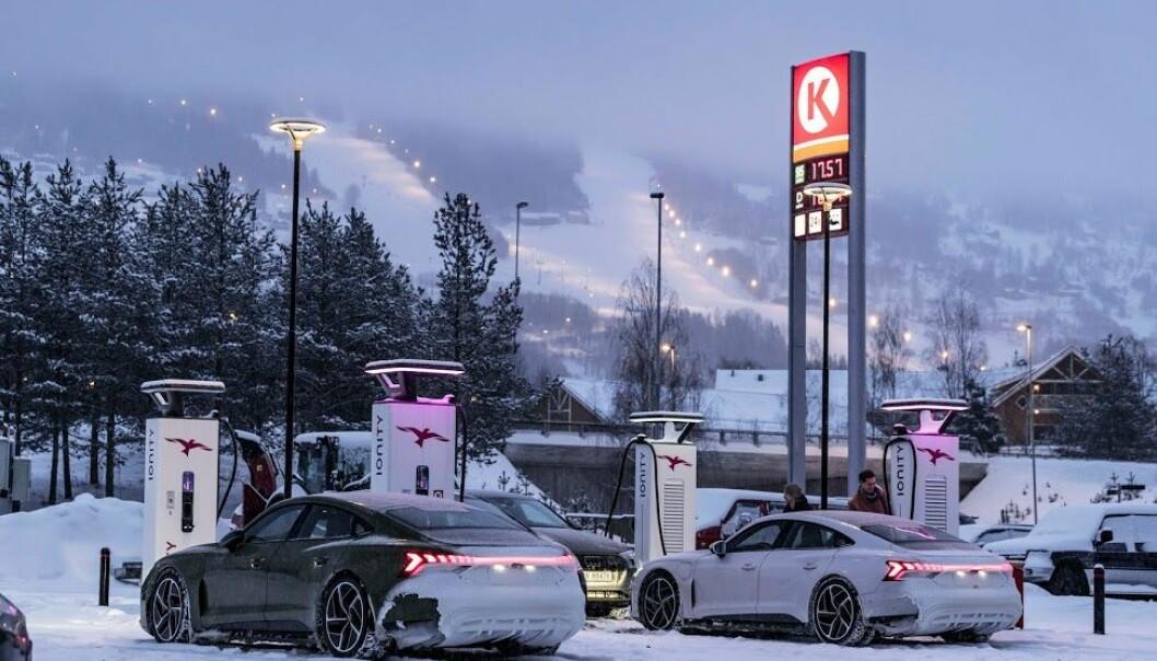 """<span class="""" font-weight-bold"""" data-lab-font_weight_desktop=""""font-weight-bold"""">LADER BRA:</span> To eksemplarer av Audi e-tron GT har fått sine første 50 mil på isete underlag og i tungt snødrev her i Norge. Her er de under lading på Øyer."""