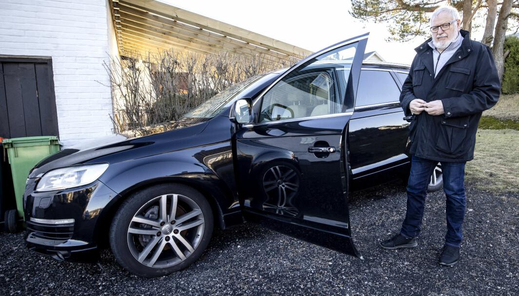 FIN BIL? Sigmund Markussen har ikke brukt bilen siden i fjor høst. Bak den fine lakken skjuler det seg mye rust.