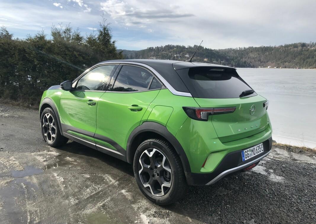 """<span class="""" font-weight-bold"""" data-lab-font_weight_desktop=""""font-weight-bold"""">ELEGANT:</span> Opel har klart å legge inn mange av sine egne designelementer i et karosseri Mokka deler med DS3. Blant baklysene og vindusprofilen."""