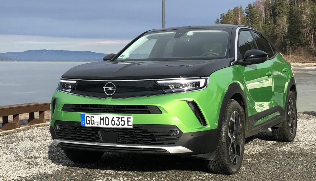 STANDARD: Svart tak og panser er ekstra, ellers er denne grønnfargen standard på nye Opel Mokka-e.