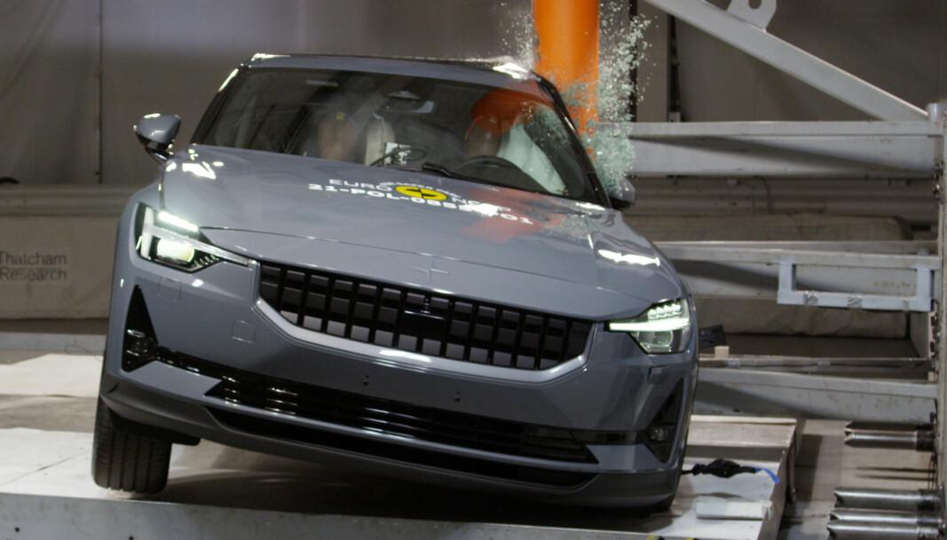 ØDELEGGENDE: Men bilen blir heldigvis mye mer ødelagt enn de som sitter inni. Polestar 2 er en sikker bil.