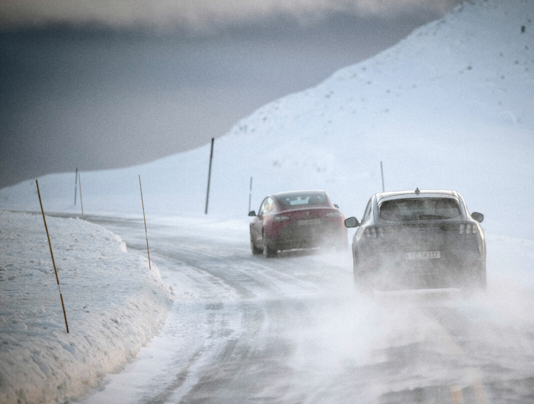 ELBILNATT I RONDANE: En Tesla Model 3 med følge av en bakhjulsdrevet Ford Mustang Mach-E i retning Venabygdsfjellet.