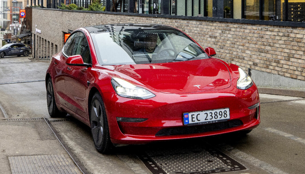 BLIR BILLIGERE: Med en startpris på 349.900 kroner konkurrerer Tesla Model 3 prismessig også med mindre elbiler.