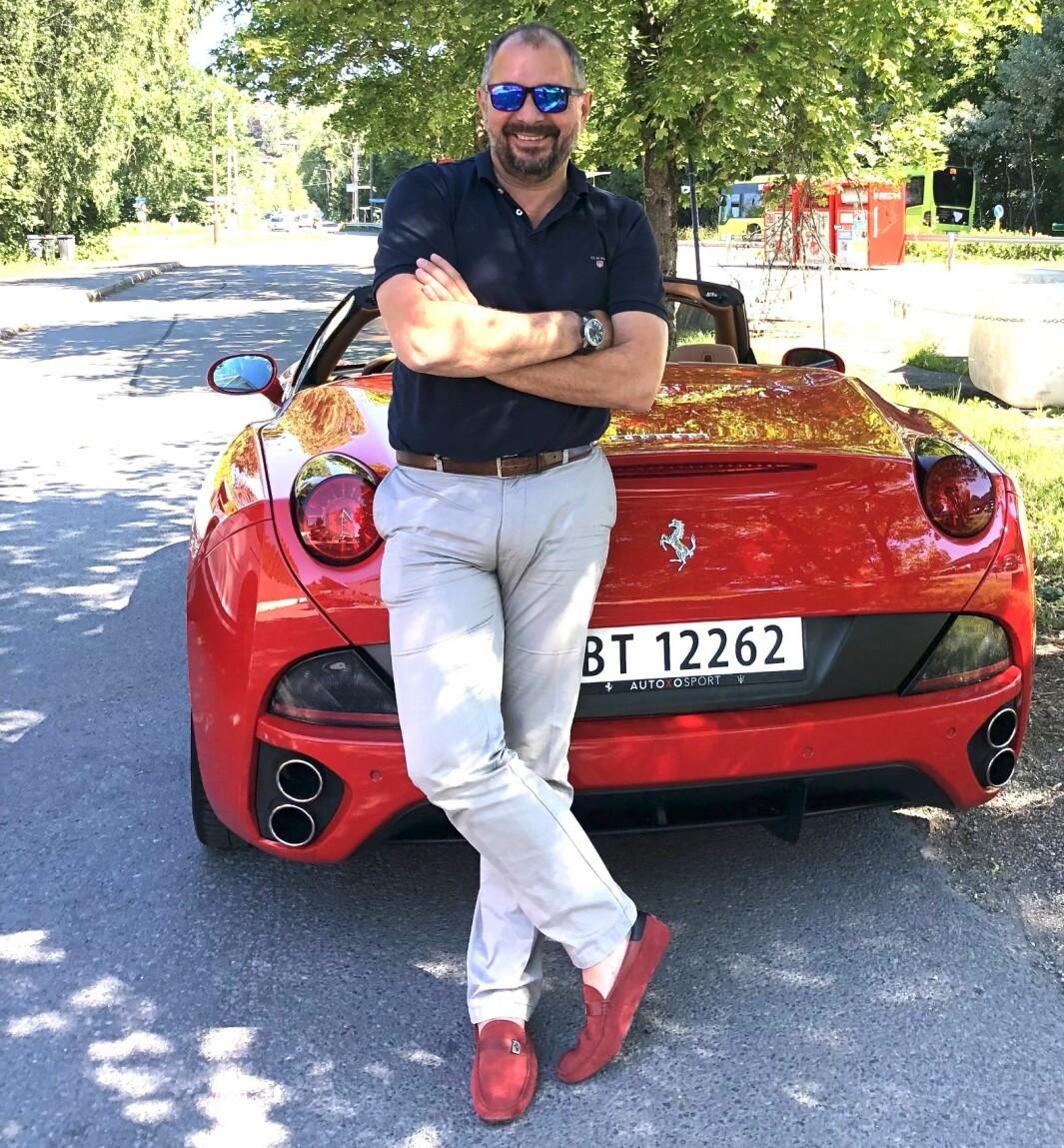 """<span class=""""font-weight-bold"""" data-lab-font_weight_desktop=""""font-weight-bold"""">RØDE SKO:</span> Som president for Ferrari Owners Club Norway organiserer Wolfgang Wandl sammen med resten av styret en rekke turer og annen moro for menigheten."""