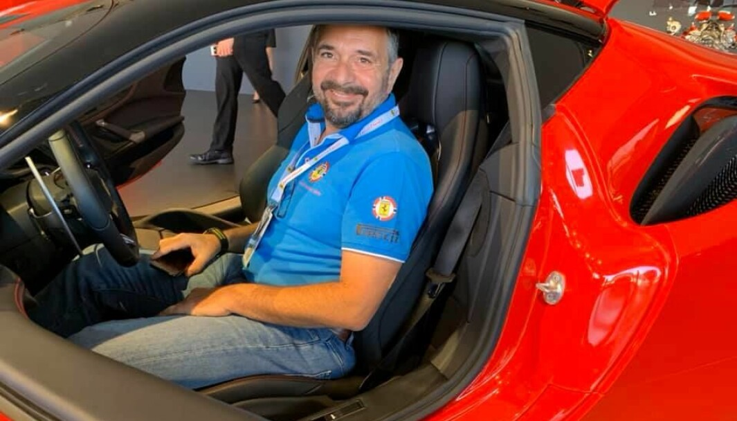 "<span class=""font-weight-bold"" data-lab-font_weight_desktop=""font-weight-bold"">SMIL ETTER SMIL: </span>President i Ferrari Owners Club Norway, Wolfgang Wandl, har fått fart på den norske klubbens aktiviteter hele året igjennom."