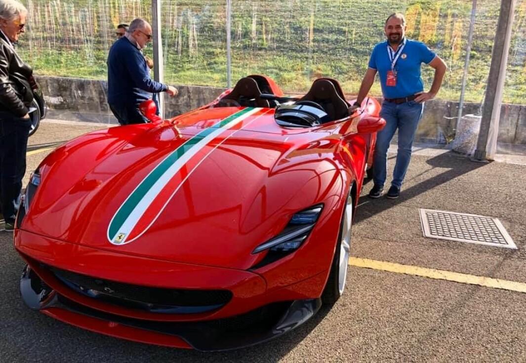 "<span class=""font-weight-bold"" data-lab-font_weight_desktop=""font-weight-bold"">RØDFIS: </span>Lederen av Ferrari Owners Club Norway, Wolfgang Wandl, finner noe interessant ved enhver Ferrari."