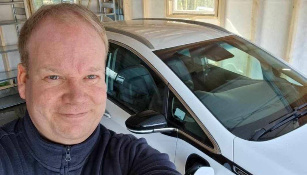 MISFORNØYD: Simen Rasmussen er ikke fornøyd med strupingen av rekkevidde på hans hvite Opel Ampera-e.