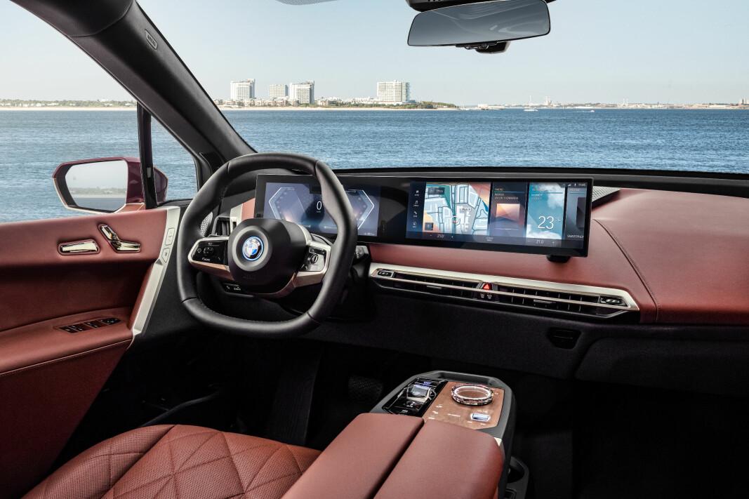 """<span class="""" font-weight-bold"""" data-lab-font_weight_desktop=""""font-weight-bold"""">SKJERMET FOR OMGIVELSENE: </span>BMW iX leveres med en kurvet digital display-suite bestående av en 12,3-tommers og en 14,9-tommers skjerm."""