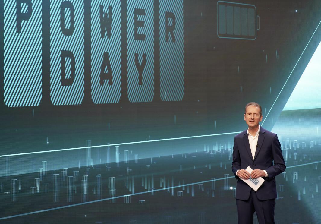 BYGGER FREMTIDEN: VW-konsernets toppsjef, Herbert Diess, bekrefter nok en gang at det er Tesla, verdens mest verdifulle bilprodusent, som er referansen. Her under Power Day sist uke.