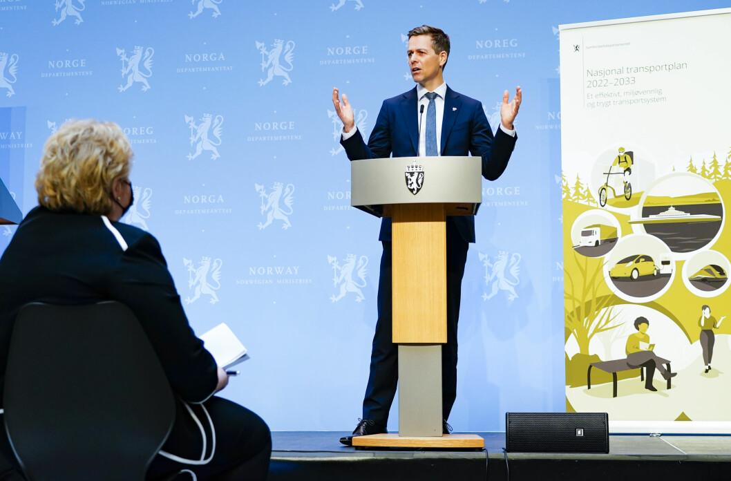 NTP-FREMLEGGELSE: Samferdselsminister Knut Arild Hareide med statsminister Erna Solberg på første rad under NTP-presentasjonen fredag.