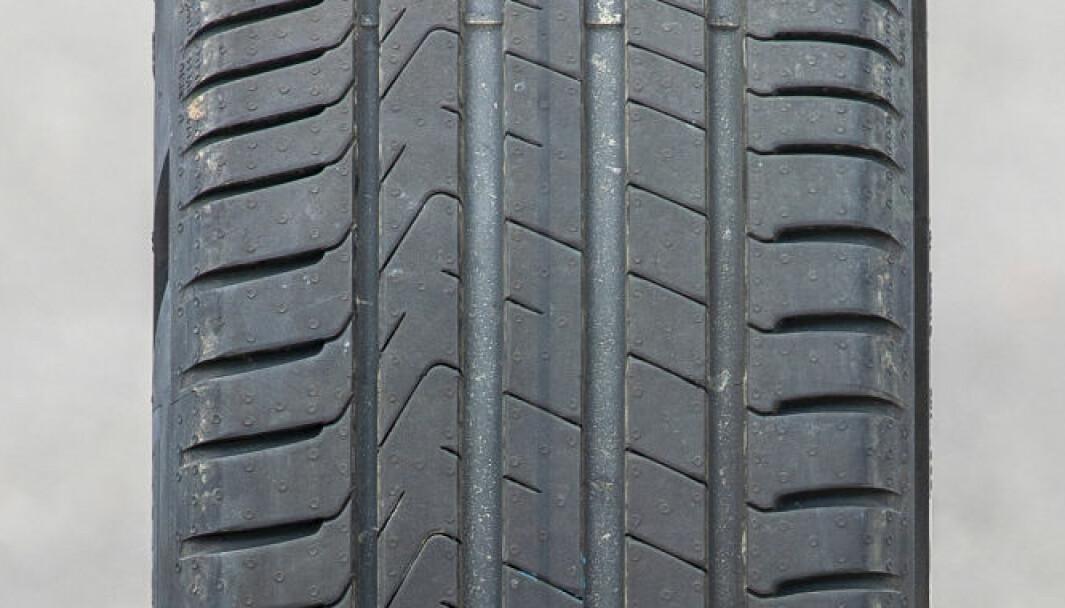 SVINGTRØBBEL: Pirelli-dekket sliter i svingene og på våt vei.