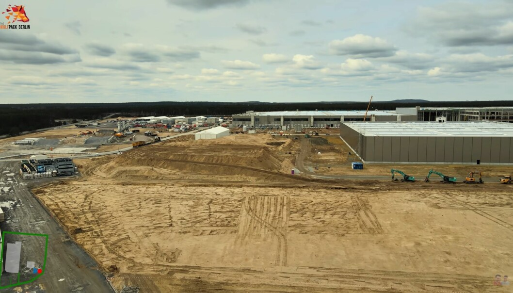 IKKE FERDIG: Dette bildet er fra en dronevideo 20. mars. Ved dette anlegget skal etter planen produksjonen starte opp i juli.