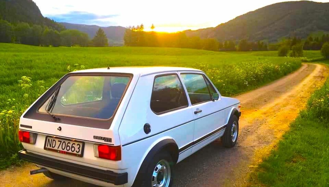 """<span class=""""font-weight-bold"""" data-lab-font_weight_desktop=""""font-weight-bold"""">GOLF I SOLNEDGANG:</span> Øyvind Kjeka finner mening i å kjøre 1978-modell Golf GT i naturskjønt nærmiljøe som tilreisende betaler dyrt for å få oppleve"""