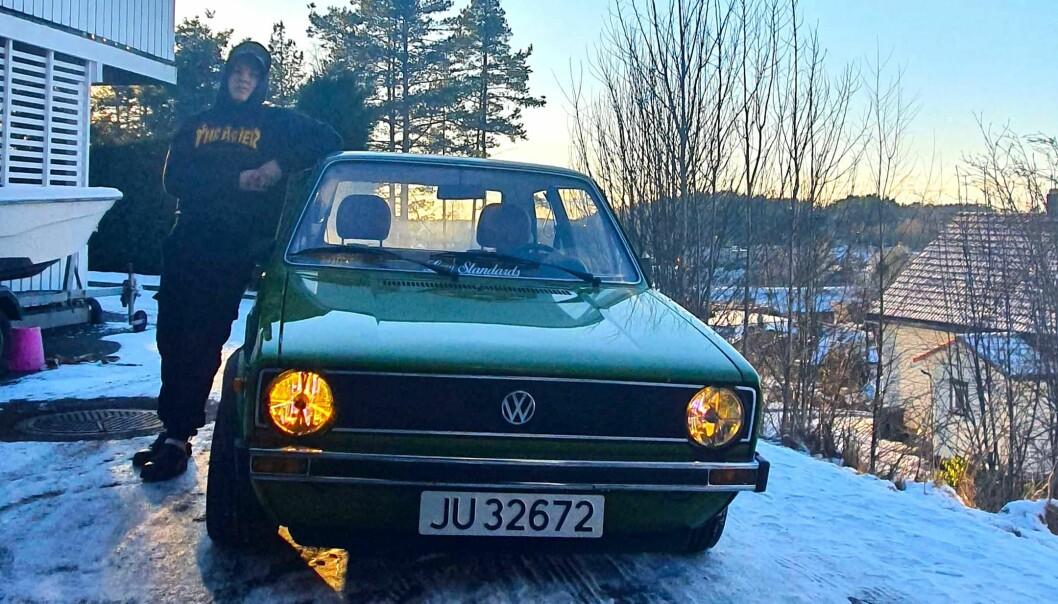 """<span class=""""font-weight-bold"""" data-lab-font_weight_desktop=""""font-weight-bold"""">GOLFEREN:</span> Oliver Hedlund Olseng lener seg lødig på sin Golf L 1976-modell som Volkswagen produsert allerede i mars 1975."""