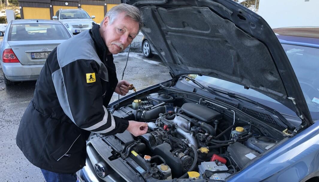 BRUKTBILEKSPERT: Audun Bergerud sjekker oljen på sin egen godt brukte Subaru Lagacy 2006-modell.