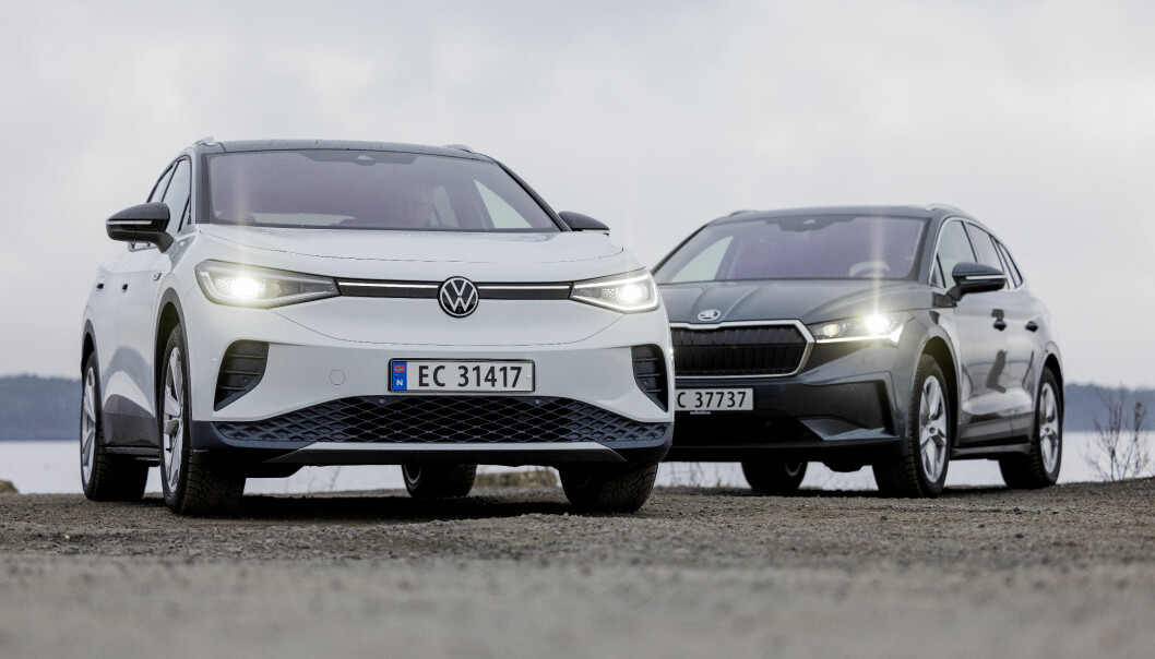 NORGESMESTER: VW ID.4 er Norges mest solgte bil i øyeblikket, men nå har også utleveringene av rivalen Skoda Enyaq (bak) skutt fart.