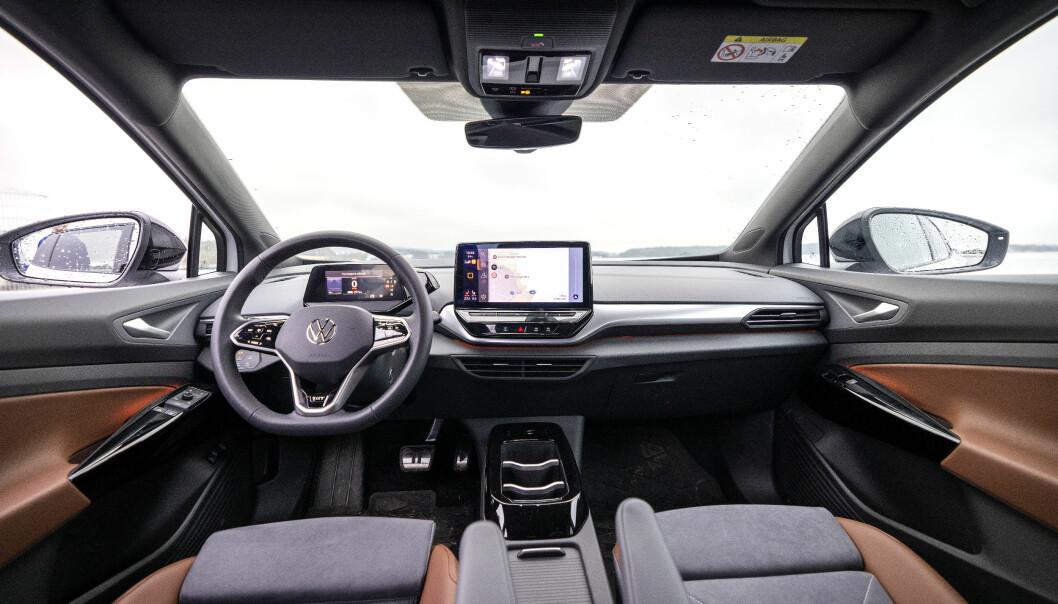 """<span class="""" font-weight-bold"""" data-lab-font_weight_desktop=""""font-weight-bold"""">ALVORLIG:</span> Bak rattet på en Volkswagen ID.4 erfarte Motor det samme som vi har gjort på en rekke mye modeller med adaptiv fartsholder og skiltleser, men spesielt på Audi, VW og Skoda: Systemet er svært upålitelig, til tider direkte trafikkfarlig."""