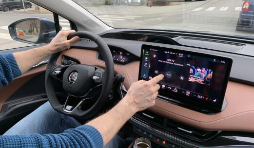 – Skjermen burde være låst under kjøring