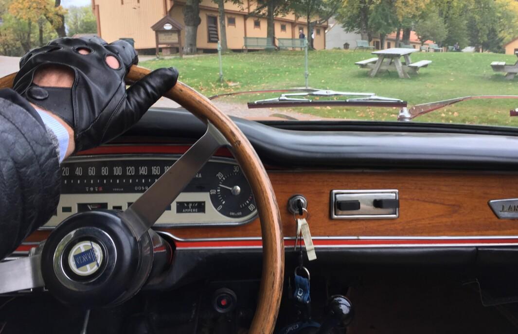 """<span class=""""font-weight-bold"""" data-lab-font_weight_desktop=""""font-weight-bold"""">EDELTRE: </span>Gunnar Torsvik har utsikt til et pent instrumentpanel i treverk i sin Lancia Flavia Vignale fra tidlig 1960-tall."""