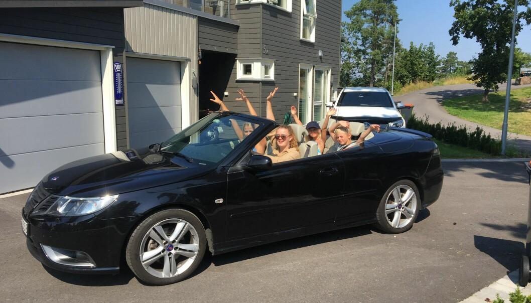 "<span class=""font-weight-bold"" data-lab-font_weight_desktop=""font-weight-bold"">SOLTILBEDERE: </span>Flokken Urheim med venner hjver seg i cabrioleten slik andre løper til cabincruiseren – straks den norske sommeren byr på ørlite sol."